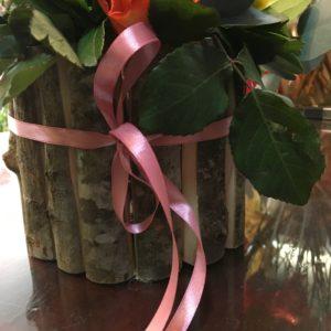 Σύνθεση με τριαντάφυλλα σε ξύλινη βάση